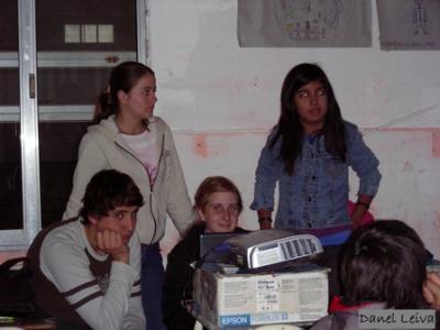 Alumnos Exponiendo Clase sobre Manejo Integrado de Plagas