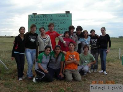 Alumnos Primer Año del Polimodal en el Parque de la Escuela de la Familia Agrícola LL 76